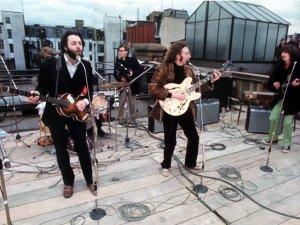 The Beatles grababan su nuevo disco en un estudio de Londres, cuando decidieron subirse a la azotea para interpretar algunas de las canciones